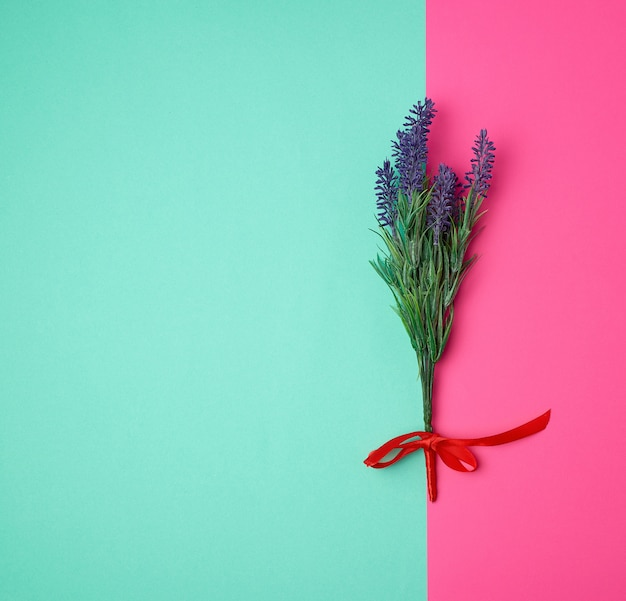 Lavendelboeket en rood lint