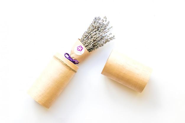 Lavendelboeket op witte achtergrond in verbazende verpakking