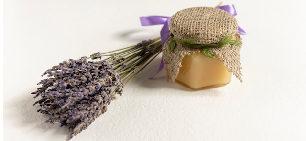 Lavendelhoning en honingdipper op houten achtergrond