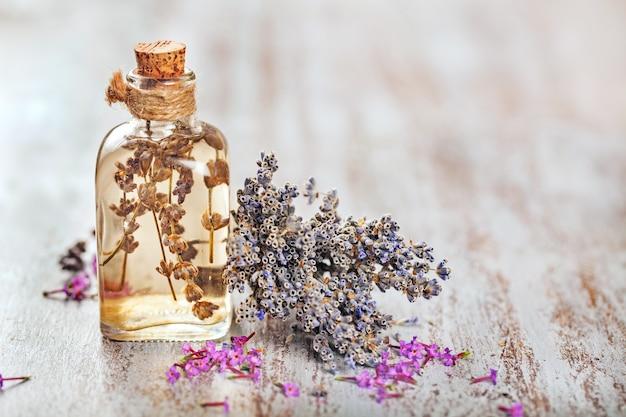 Lavendelkruid bloemenwater in een glazen flesje met bloemen
