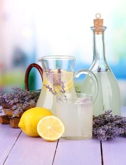 Lavendellimonade in glazen fles en kan