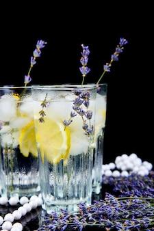 Lavendellimonade met citroen en ijs
