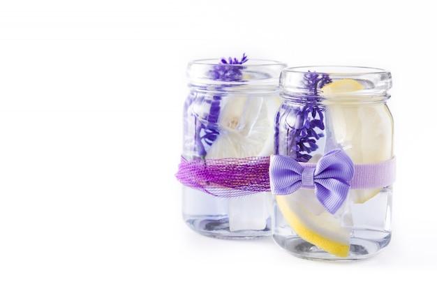 Lavendellimonade op witte achtergrond wordt geïsoleerd die