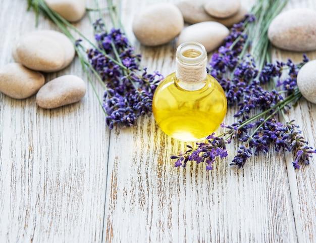 Lavendelolie en lavendelbloemen