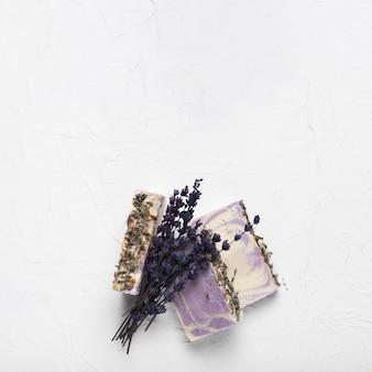 Lavendelzeep en boeket bij kuuroord