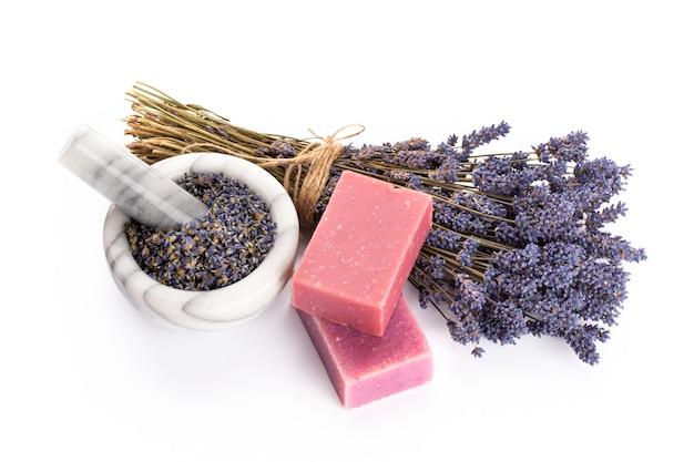 Lavender spa-producten met gedroogde lavendelbloemen op een geïsoleerde achtergrond.