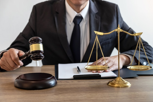 Law, advocaat advocaat en justitie concept, mannelijke advocaat of notaris werkt aan een document en rapport van de belangrijke zaak in het advocatenkantoor