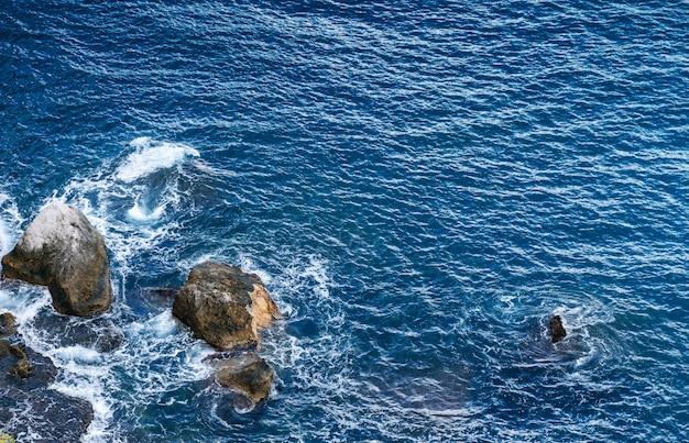 Lawaaierige zee met stenen