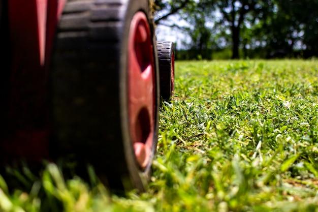 Lawnmover in het groene veld