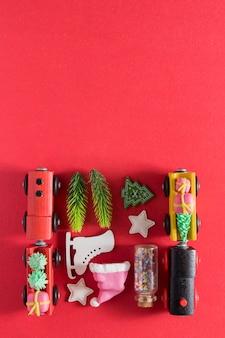 Lay-out met de speelgoedtreinen van het nieuwe jaarkerstmis, sparren, speelgoed - nieuwjaar knolling met exemplaarruimte