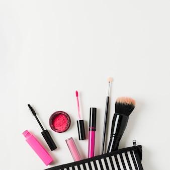 Lay-out van geopende beauty case met cosmetica