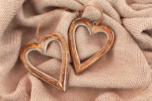Lay-out van houten harten op warme trui. horizontaal plat.