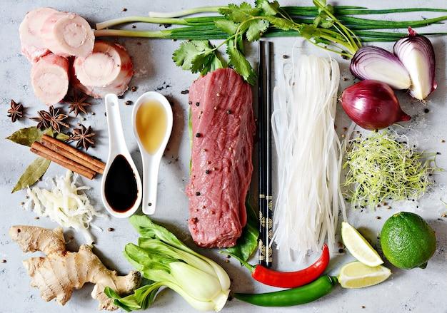 Lay-out van producten op vietnamese pho bo-soep op grijs