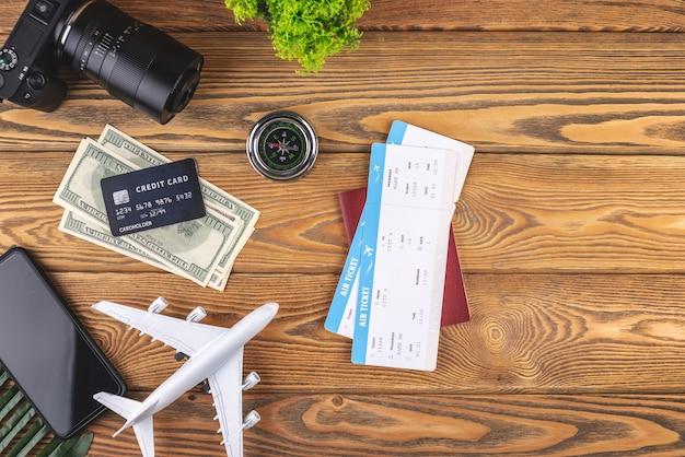Lay-out van vliegtuig reisaccessoires op een houten achtergrond