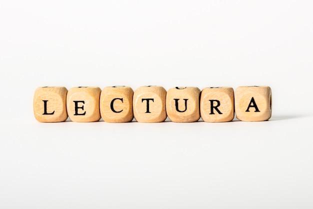 Lectura-woord in houten letters die op wit worden geïsoleerd