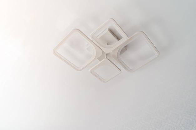 Led energiebesparende kroonluchter op wit plafond.