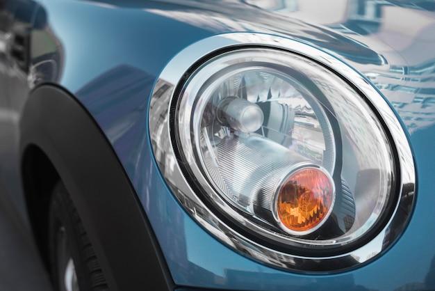 Led-koplamp van blauwe auto