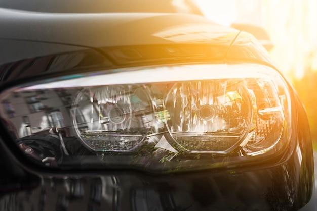 Led-koplamp van zwarte auto