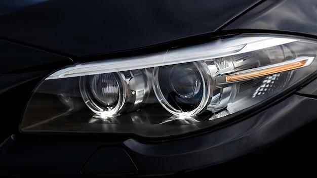 Led-koplampen op de moderne zwarte auto