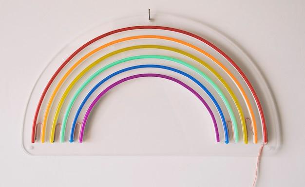 Led neon regenboog liggend op de witte tafel