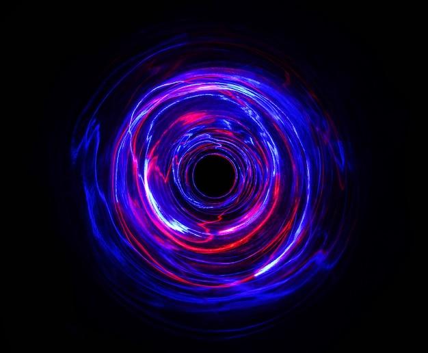 Led rood en blauw licht bewegen bij lange belichtingstijd in het donker.