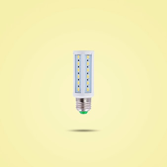 Led spaarlamp 230v geïsoleerd op gele pastel kleur achtergrond.