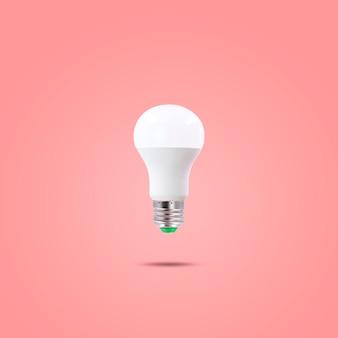 Led spaarlamp 230v geïsoleerd op rode pastelkleurige achtergrond