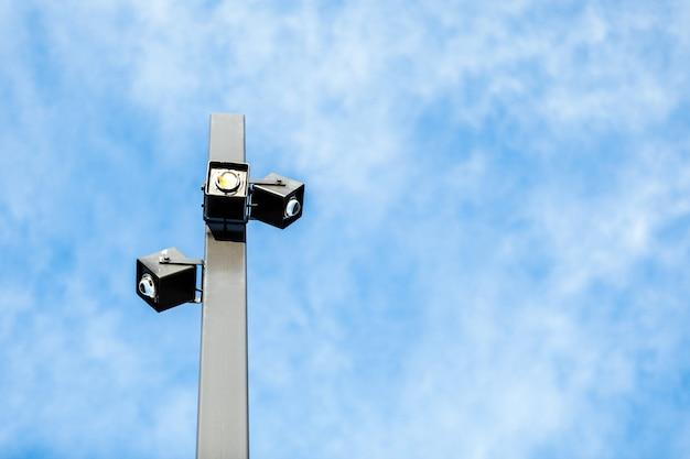 Led straatlantaarnpaal gloeien op de hemelachtergrond. moderne led-verlichting in de stad, besparing van elektrische energie