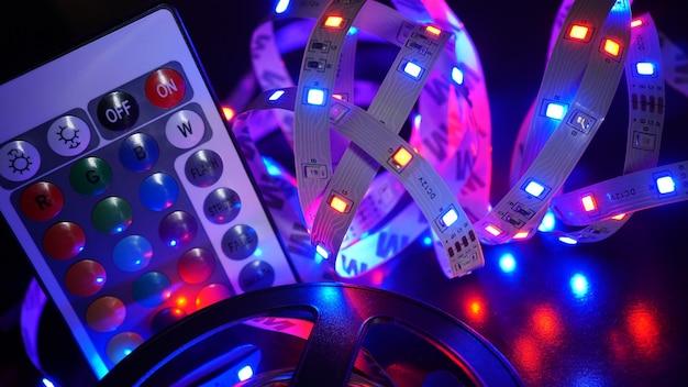 Led strip in paarse kleuren en een bedieningspaneel voor het wisselen van kleur. donkere achtergrond