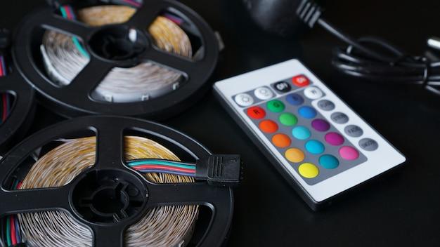 Led strip spoelen close-up. diode met bedieningspaneel voor het wisselen van kleuren op donkere achtergrond.
