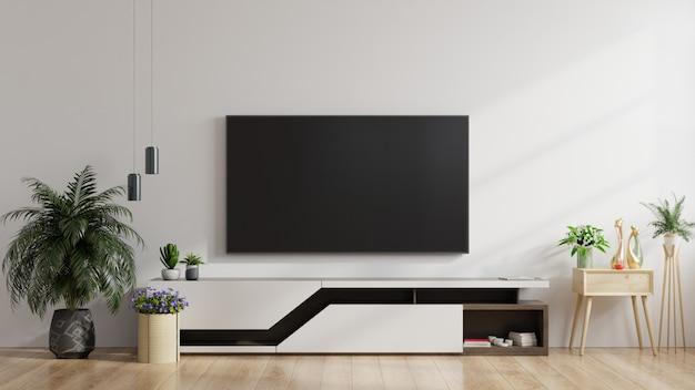 Led-tv aan de witte muur in de woonkamer, minimalistisch design.