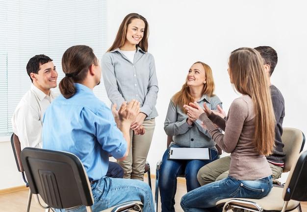 Leden van de steungroep zitten in stoelen tijdens een vergadering