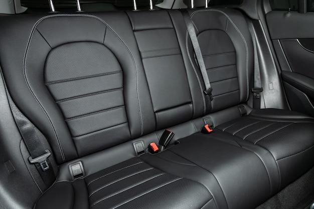 Lederen interieur, autopassagiers- en bestuurdersstoelen met gordel.