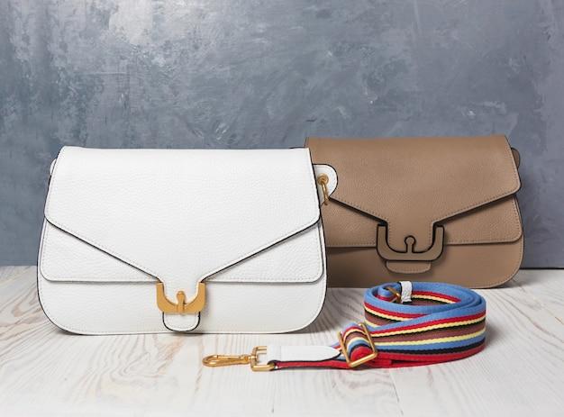 Lederen kleur vrouw handtassen geïsoleerde achtergrond