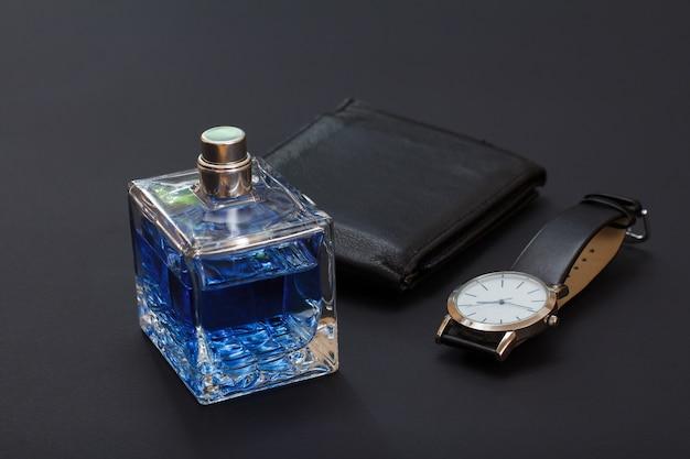 Lederen portemonnee, horloge met een zwarte leren band en keulen voor mannen op zwarte achtergrond. accessoires voor heren.