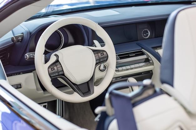 Lederen sportwagen-interieur