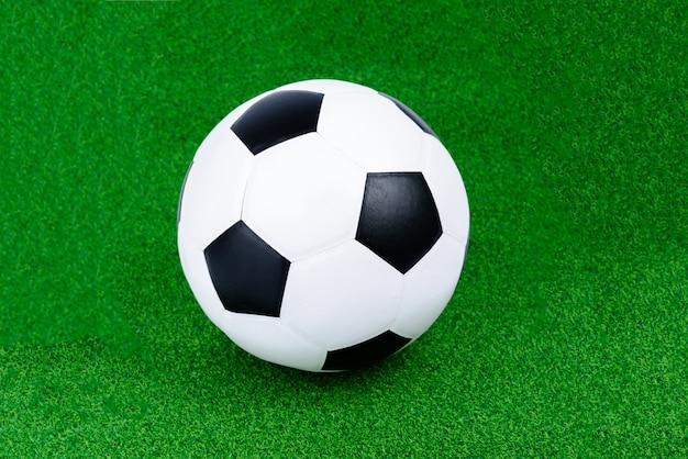 Lederen voetbal of voetbal op het groene gras