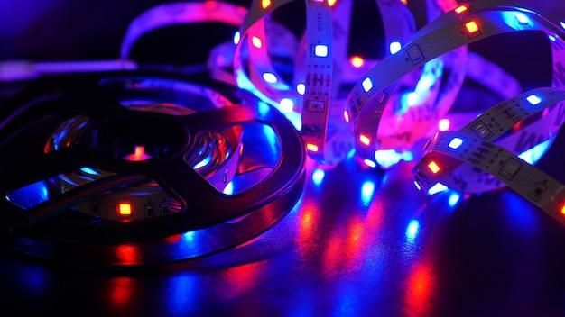 Ledstrip en diodespoel - paars licht op zwarte achtergrond