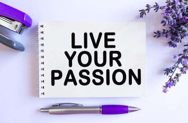 Leef je passie. bovenaanzicht van open blanco notitieblok met lavendelboeket op witte achtergrond