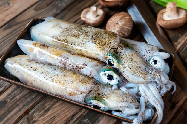 Leef pijlinktvissen die voor het koken voorbereiden.