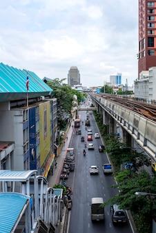 Leefomstandigheden op de weg verkeer op de weg ziet de chaos in het land van bangkok thailand