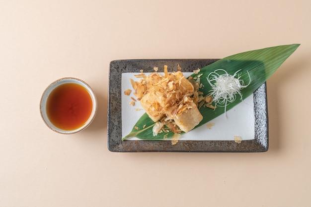(leeftijd dashi tofu) knapperige gefrituurde tofu geserveerd met sojasaus - japans eten