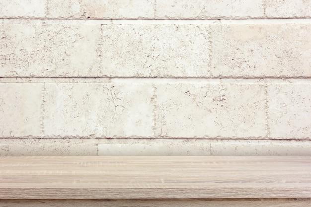Leeg aanrecht of plank tegen een bakstenen muur. mock-up.