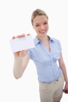Leeg adreskaartje dat door glimlachende vrouw wordt gehouden