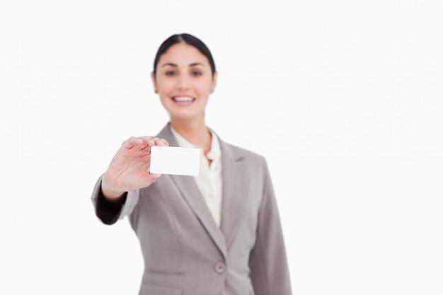 Leeg adreskaartje dat door verkoopster wordt voorgesteld