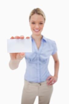 Leeg adreskaartje dat door vrouw wordt gehouden