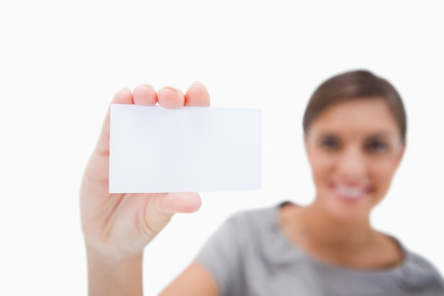 Leeg adreskaartje dat door vrouw wordt voorgesteld