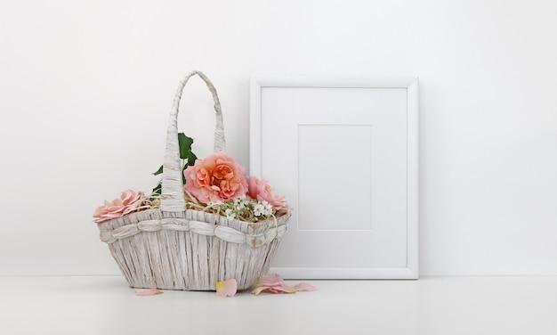 Leeg afbeeldingsframe met een mand met rozen