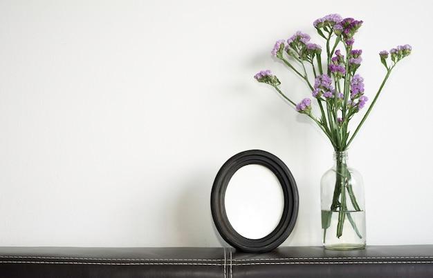 Leeg afbeeldingsframe met statice-bloem.