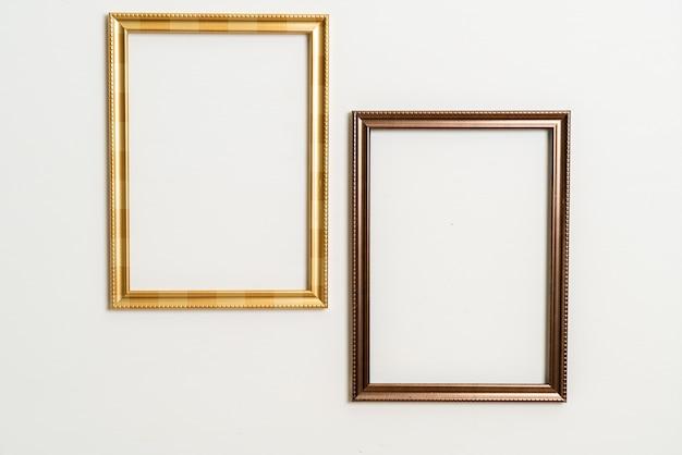Leeg afbeeldingsframe op witte muurachtergrond met exemplaarruimte